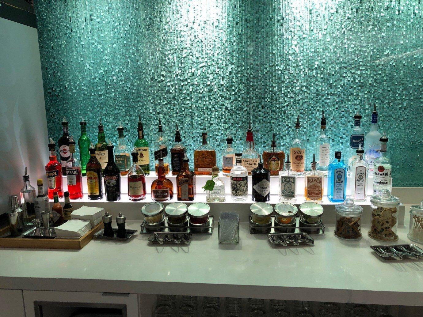 琳瑯滿目的烈酒,Flagship Lounge 內並沒有進駐酒吧的酒保 (Bar Tender),所有酒品都是自助式的
