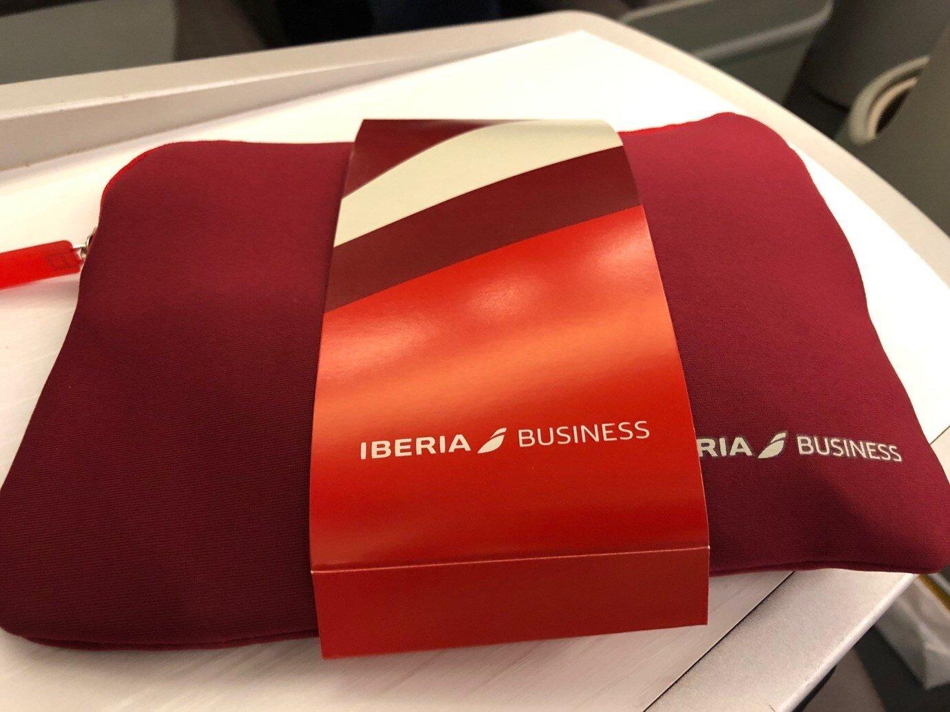 過夜包是大紅色的軟質布包,雖然不是什麼名牌設計,但實用性也不錯
