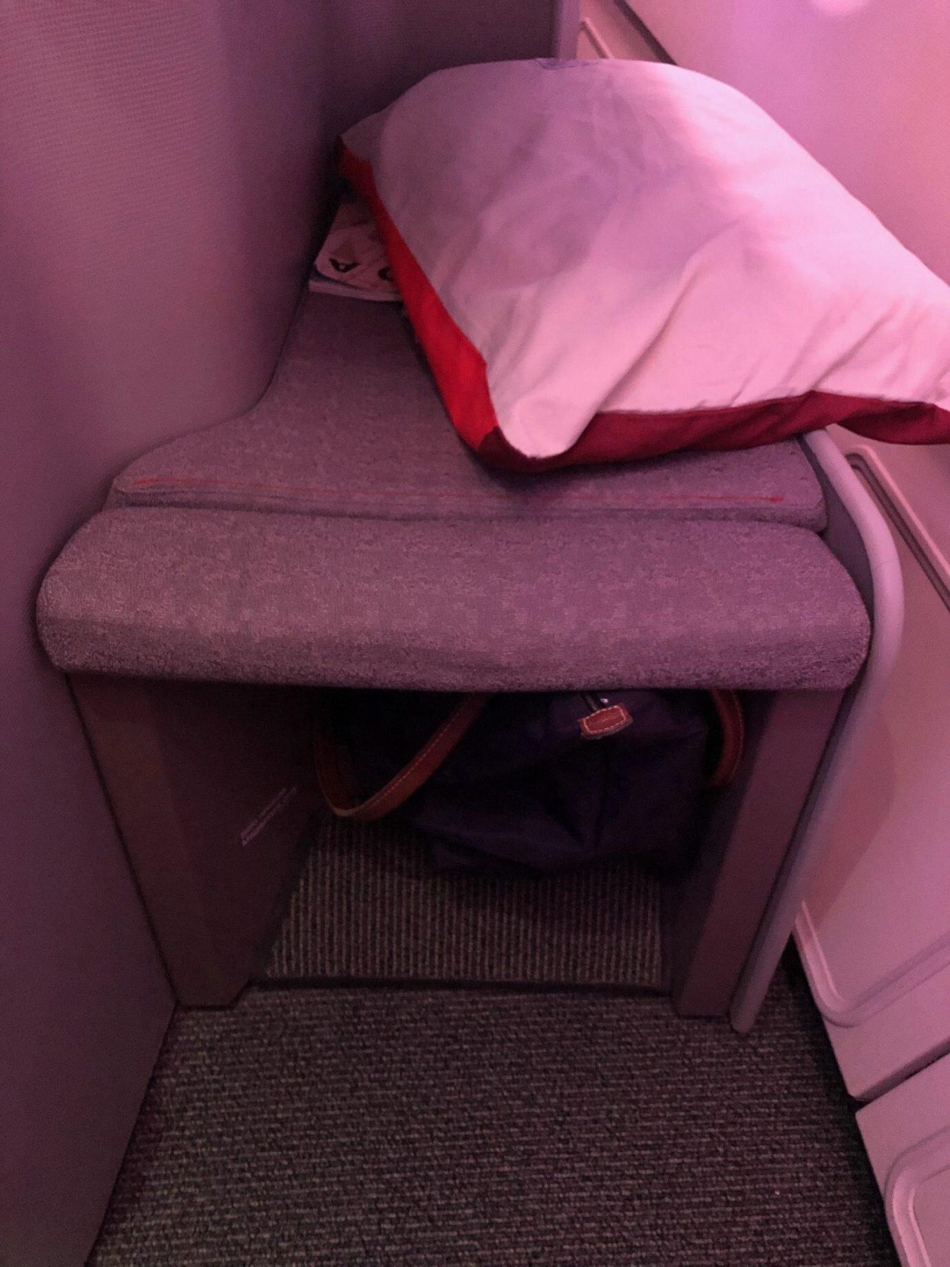 腳靠的下方,也有足夠的空間可以放包包