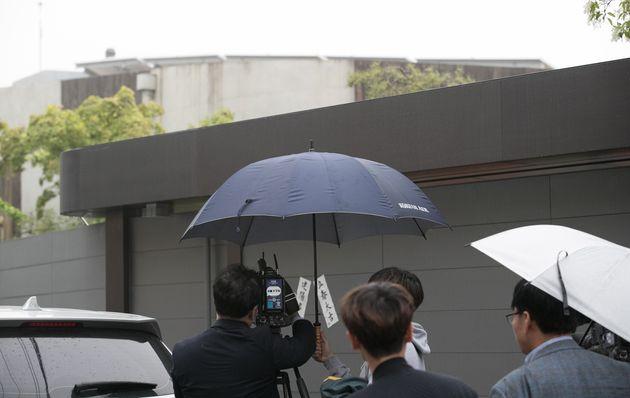 관세청이 5월 2일 서울 종로구 평창동 조양호 회장의 자택을