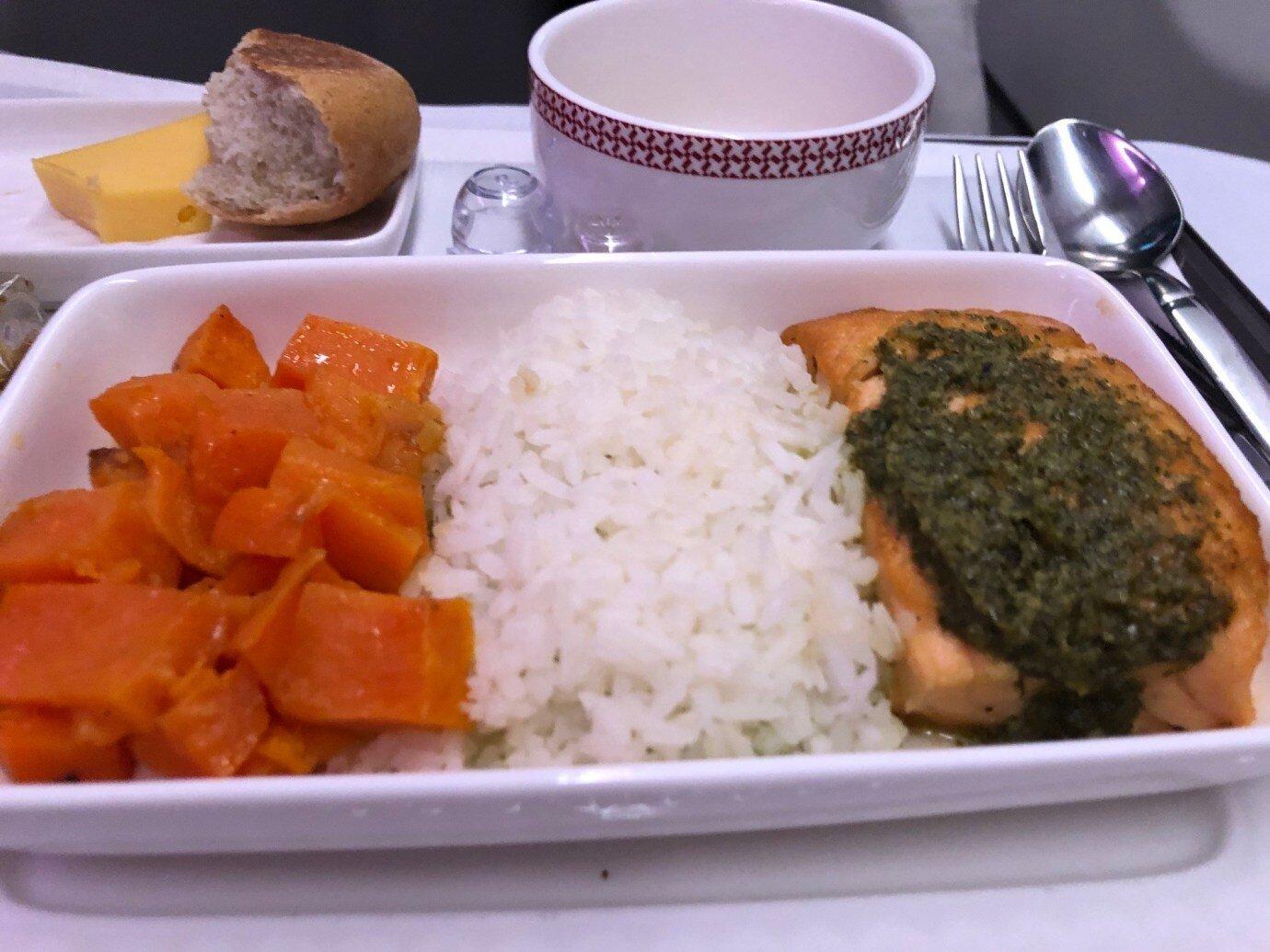 我選擇青醬鮭魚主菜,旁邊配菜是焗烤蕃薯,味道中規中矩