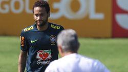 Neymar si difende dalle accuse di stupro e mostra le chat hot con la 26enne che l'ha