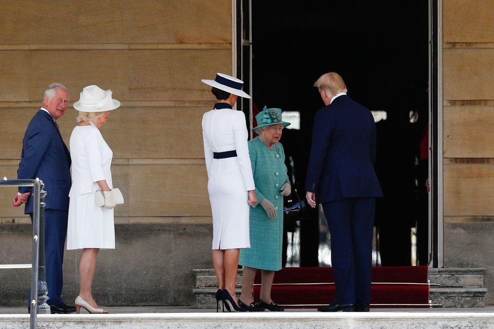 Melania incontra la regina e omaggia Audrey. Anche Camilla e Ivanka in