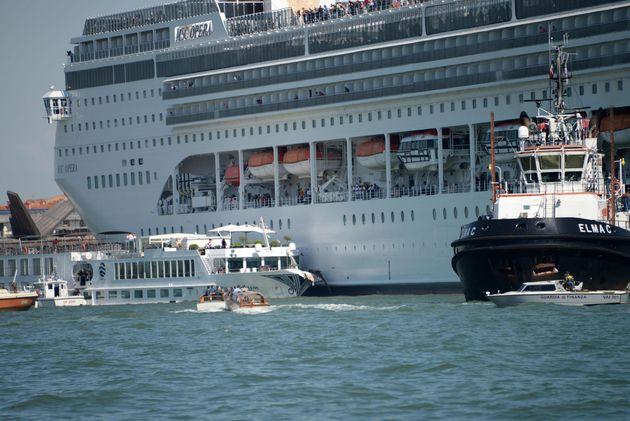 Toninelli promette una soluzione presto sulle grandi navi a Venezia. La Procura indaga pilota e comandante