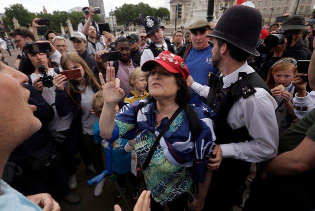 Ο Τραμπ έφτασε στο Λονδίνο και μετά τη Μέγκαν, έβρισε και τον