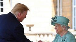 El inexplicable saludo de Trump a la reina de Inglaterra: hay que fijarse bien en las