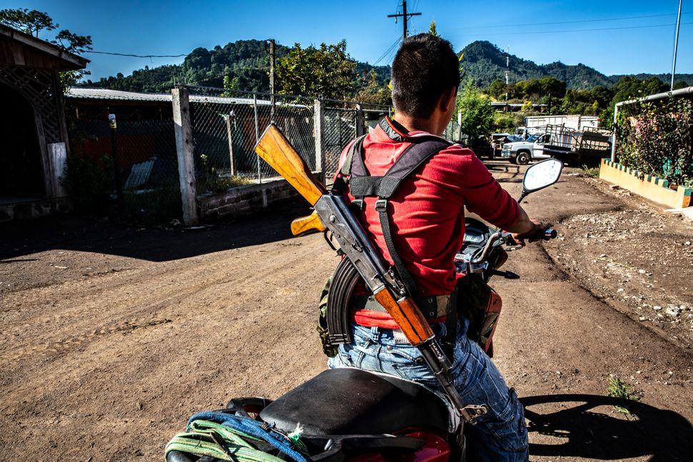La presencia de hombres armados que custodian los pueblos y los campos es habitual en