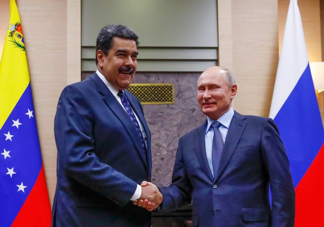 El presidente ruso Vladimir Putin se da la mano con el mandatario venezolano Nicolás Maduro, de...