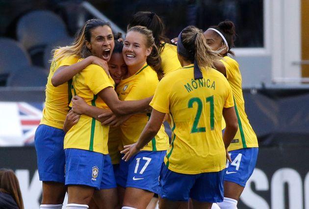 Marta e jogadoras da seleção brasileira de futebol feminino comemoram gol contra o Japão...