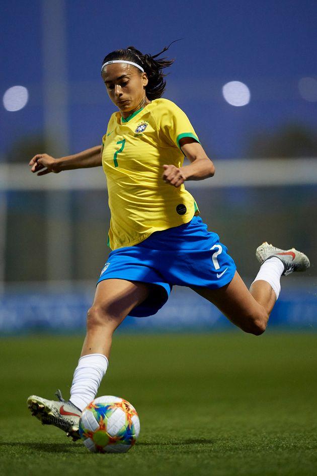 Andressa Alves chuta a bola durante disputa entre Brasil e Escócia, na