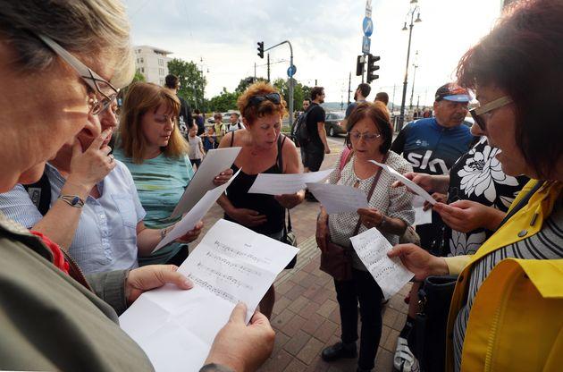 헝가리 시민들이 다뉴브강가에서 '아리랑'을 부르며 희생자들을
