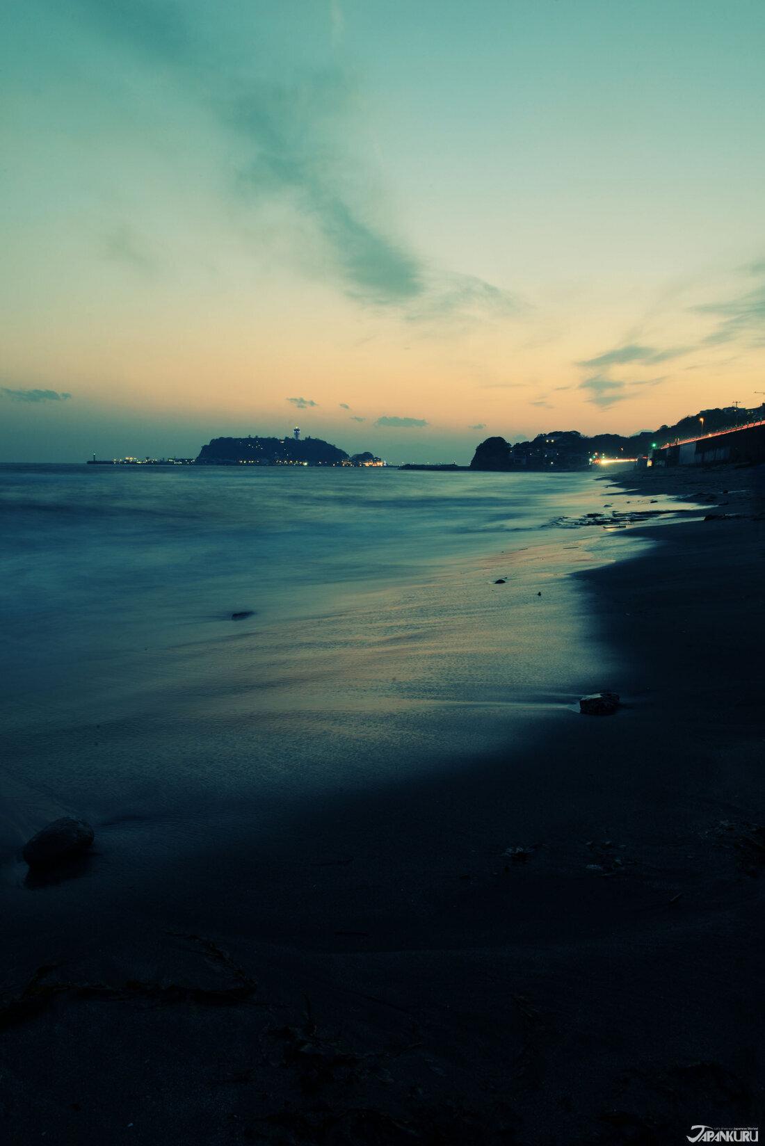 七里之濱海岸遠眺江之島與富士山,日落時天空顏色的光線變換,營造出全然不同於白日時的別樣氛圍。