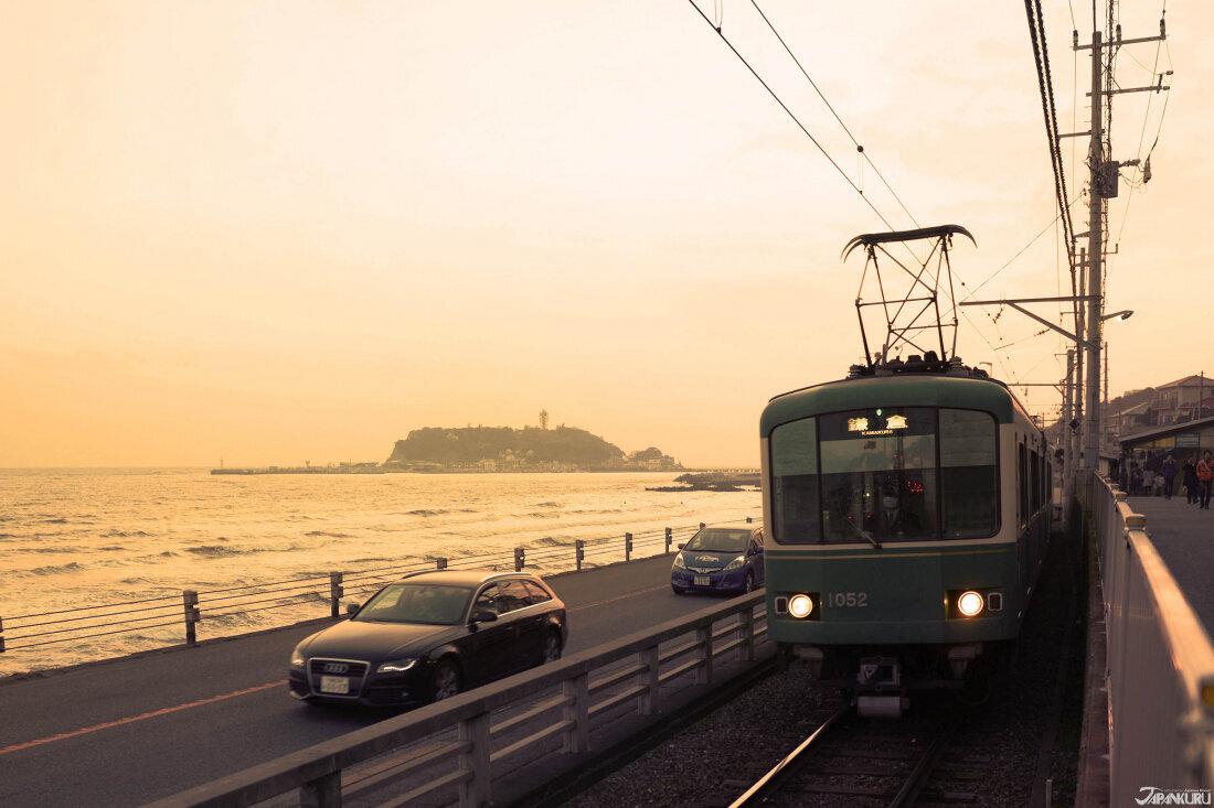 日暮時分的江之電,本已頗具復古感的電車車身,在金黃暮色的籠罩下,添了一點朦朧,幾分日常感。