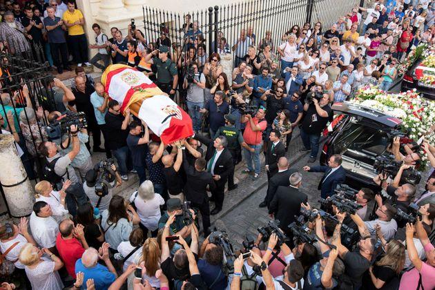El gesto de dos guardias civiles al paso del ataúd de Reyes desata el