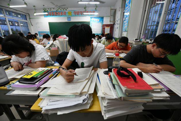 Un grupo de estudiantes de Fuyang (China) prepara la selectividad o gaokao, el pasado 1 de