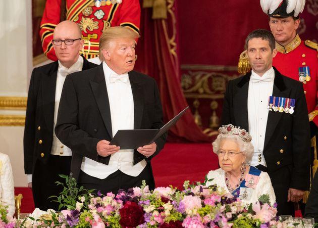 Dopo la stretta di mano, la pacca sulla spalla alla Regina. Trump