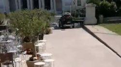Scende con l'auto dalla scalinata di Villa Borghese: