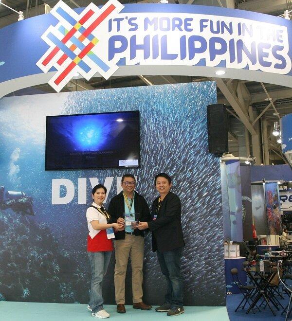 菲律賓行銷推廣署代表James A.SY(中)、菲觀部台灣分處處長海瑟博士(左),獲DRT潛水展代表(右)授獎肯定。