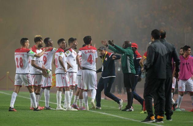 Les joueurs du WAC refusant de poursuivre le match, après un but qui leur a été...