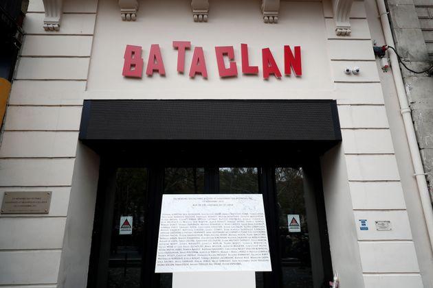 Devant l'entrée principale du Bataclan à