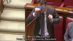 Il deputato Dall'Osso interviene bendato alla Camera: