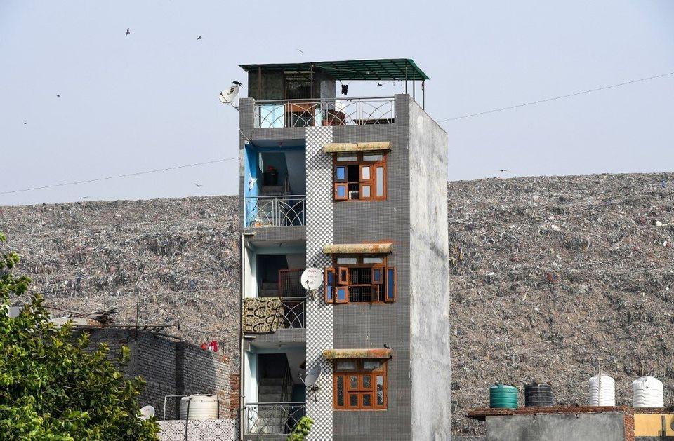Un immeuble devantGhazipur, en juin