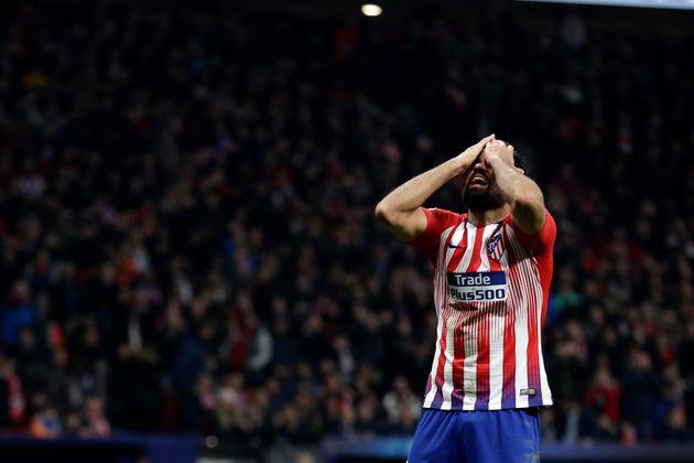 Diego Costa lamenta un fallo a puerta sin resultado, en un reciente partido del Atlético con la...