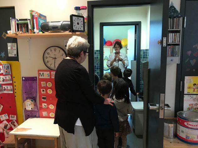 La directrice du CPE Populaire Saint-Michel, Lise Belisle, aide Renée Lemyre (à l'arrière)...