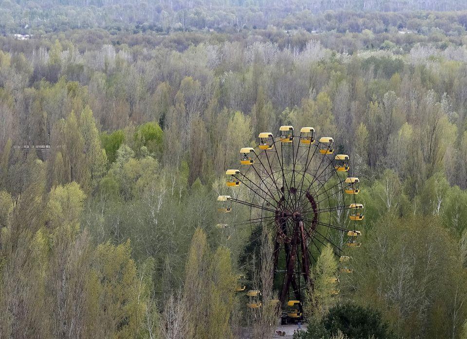 Uma roda gigante na cidade abandonada de