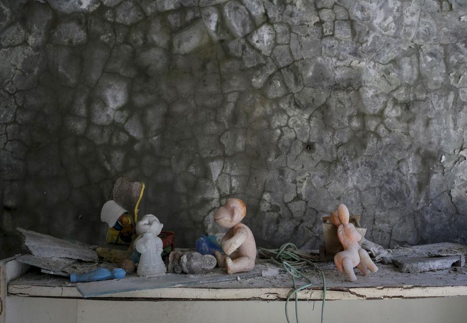 Brinquedos deixados em um jardim de infância na cidade abandonada de