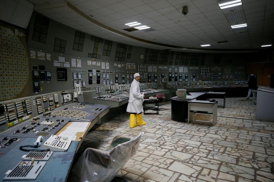 Um profissional no centro de controle do terceiro reator parado na usina nuclear de