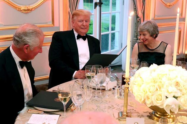 Ο Τραμπ στο Λονδίνο: Το «φτωχό» δείπνο προς τιμήν της βασίλισσας, οι εκλεκτοί καλεσμένοι και η φλογερή