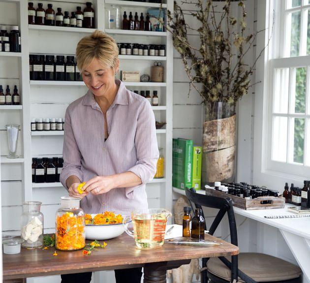 Barbara Close, fundadora da Naturopathica, explica quando usar produtos naturais para a pele e quando...