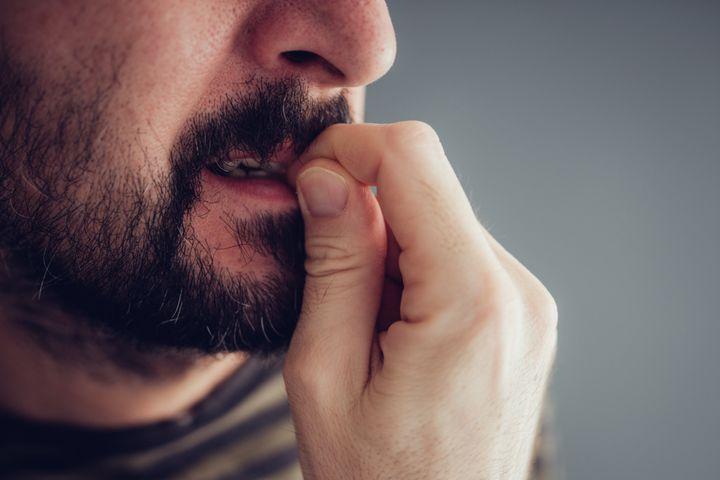 L'anxiété revêt de nombreuses formes, dont le trouble panique, l'anxiété sociale, les phobies, le trouble obsessionnel compulsif, l'angoisse de séparation et le stress post-traumatique.
