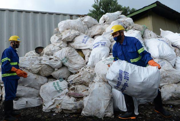 Εβερεστ: Ανέσυραν τέσσερις σορούς και περισυνέλεξαν έντεκα τόνους σκουπιδιών σε επιχείρηση