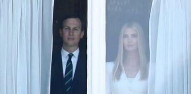 Comme paralysés, Ivanka Trump et son mari Jared Kushner observent de loin la cérémonie...