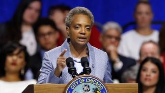 La alcaldesa de Chicago Lori Lightfoot habla durante su ceremonia de juramentación el lunes 20 de mayo de 2019, en Chicago. (AP Foto/Jim Young)