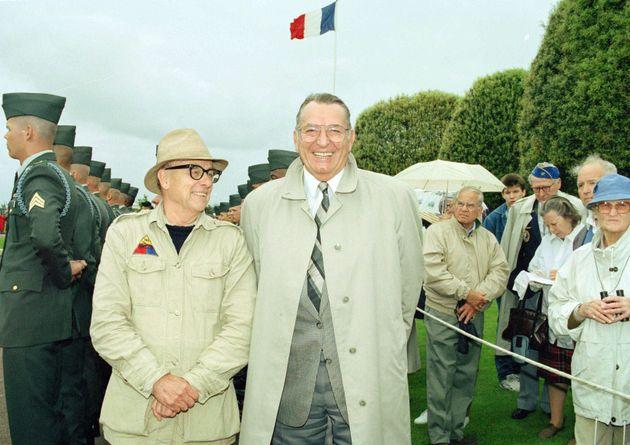 Heinrich Severloh (derecha) en 1990 junto a un superviviente estadounidense del desembarco de Omaha,...
