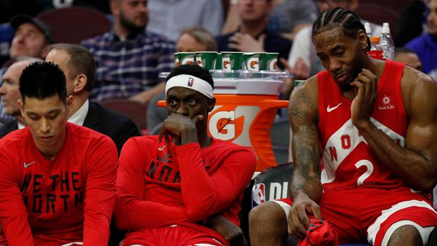 Toronto Raptors' Kawhi Leonard, Pascal Siakam and Jeremy Lin sit on the bench during the second half of Game 6 of a second-round NBA basketball playoff series against the Philadelphia 76ers, Thursday, May 9, 2019, in Philadelphia. 76ers won 112-101. (AP Photo/Chris Szagola)