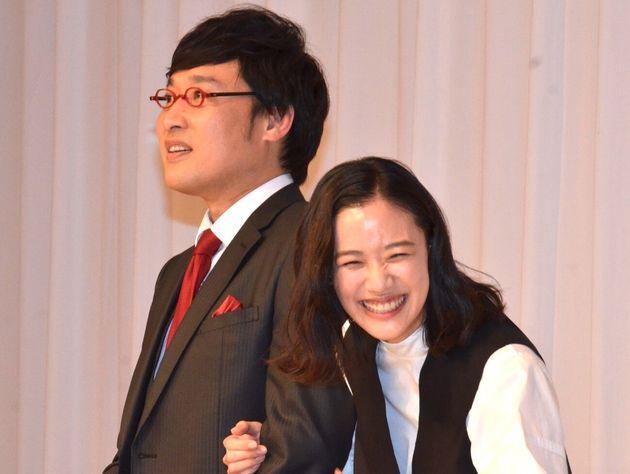 結婚報告会見を開いた蒼井優さん(右)と山里亮太さん