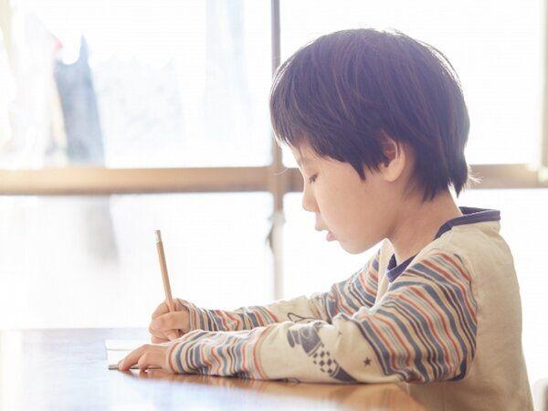 勉強する子供のイメージ写真