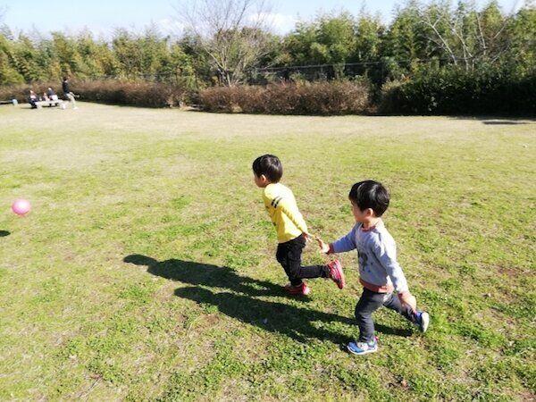 外で遊ぶ子どもたちのイメージ写真