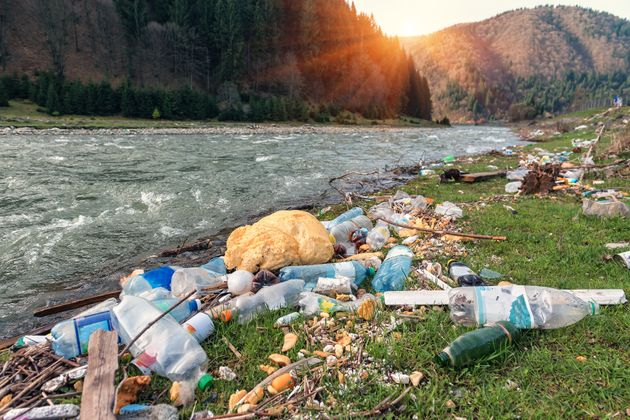 Τρώμε 121.000 μικροπλαστικά σωματίδια τον χρόνο (ειδικά αν πίνουμε νερό από πλαστικά
