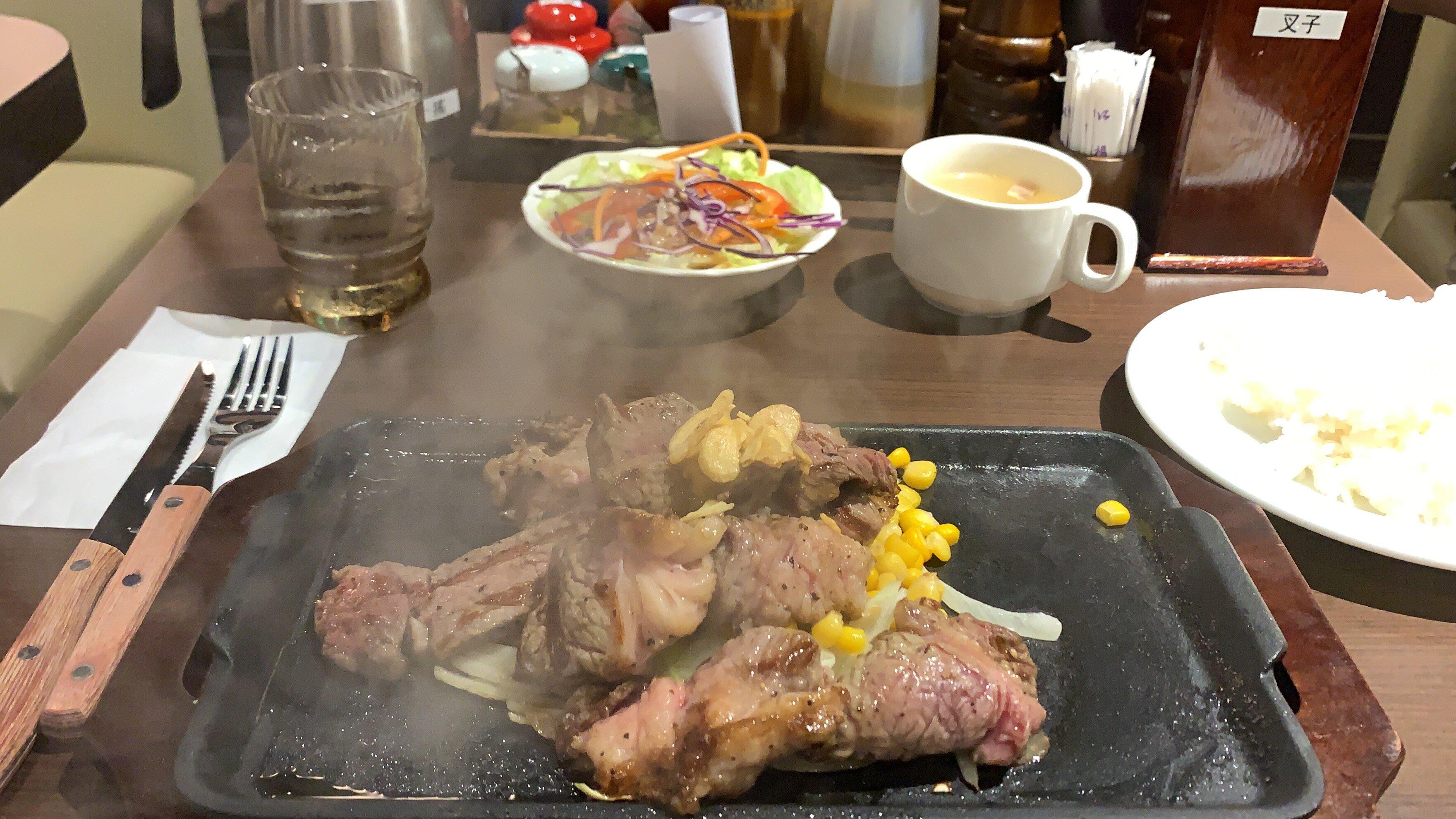 日本知名連鎖牛排「IKINARI STEAK いきなり!ステーキ」正式進軍台北,圖為「亂切牛排」。