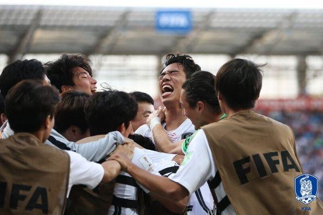정정용 감독이 이끄는 U-20 축구대표팀이 5일 오전(한국시간) 폴란드 루블린 스타디움에서 열린 일본과의 '2019 FIFA U-20 월드컵' 16강에서 후반 39분 오세훈의 극적인 결승골로 1-0으로 승리, 8강 진출에 성공하자 선수들이 얼싸안으며 기뻐하고 있다.