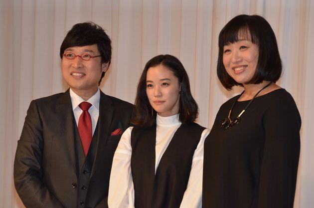 山里亮太さん、蒼井優さん、山崎静代さん(左から)