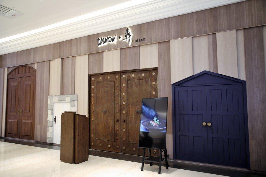 ▲Daimon‧犇廚魔館門口有大大小小四扇門,就像《愛麗絲夢遊仙境》裡的奇幻場景,但真正的門是中間的門。