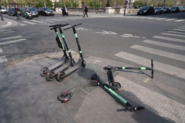L'essor des trottinettes électriques à Paris génère une série de difficultés,...