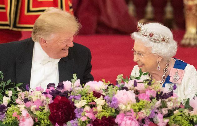¿Qué ves en esta imagen? Existe la teoría de que la reina de Inglaterra se estaba burlando de Trump sin...