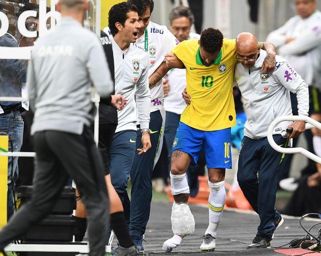Neymar saiu carregado do campo em Brasília, com inchaço no
